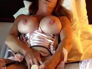 reife Frau mit großen Titten verpasst sich selbst