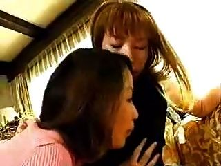 3 Japanische Mädchen küssen