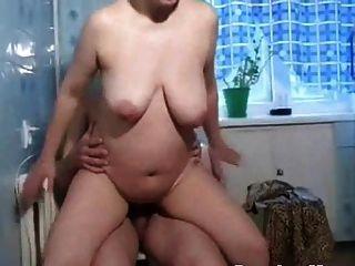 russische mütter irina masturbiert in der küche