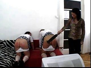zwei Schulmädchen bekommen ihre Esel rot geschlagen