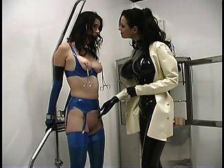 sexy Herrin Sandra herumtollen mit ihrem heißen Sklaven