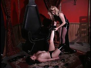 blonde Herrin verriegelt ihren Sklaven in einer Truhe bdsm
