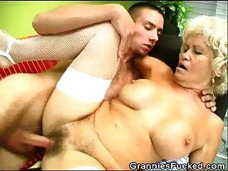 Oma wird gefickt und bekommt einen Schluck Sperma
