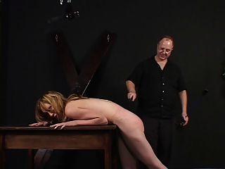 Kleine Titten Dame verprügelt und gehänselt von ihrem Meister