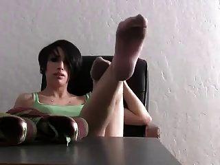 niedliche Mädchen stinkende rosa Socken und Füße