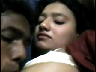 Bhabhi bekam ihre schönen Titten von ihrem Mann gesaugt