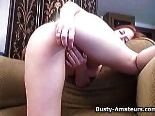 busty Ingwer saugen ihre eigenen Titten und Masturbation