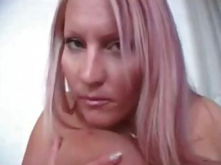 laura orsolya neckt dich auf dem bett