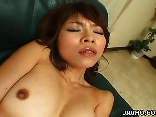 asiatische Babe ist ganz allein Kreis reibt ihre Klitoris