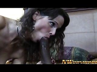 hot milf mom brunette machen einen blowjob reiten einen großen schwarzen hahn