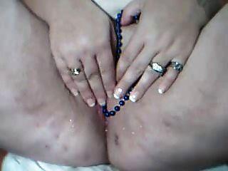 meine ungezogene Schlampe mit Perlen aus