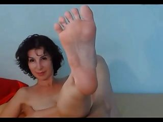 brunette milf zeigt ihre sexy füße