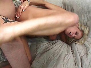 süße blonde milf mit schönen Titten saugt und fickt auf Couch