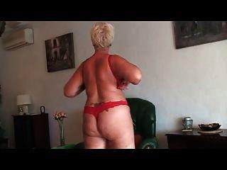 schöne Oma zeigt nackt vorne cam