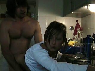 Schlampe betrügen Frau saugen ihren Liebhaber mit Cim in der Küche