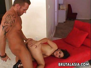 busty asian Hure bekommt ihre Pussy gut gepumpt
