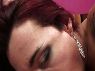 Nette Brünette Tranny in rosa Zimmer bläst und wird auf dem Bett gefickt