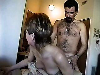 Mädchen gibt Kerl einen sexy Tanz gibt dann seinen Schwanz massiv bj