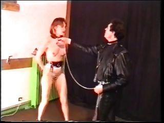 Kinky Schlampe saugt Hahn und isst Sperma im Folterraum