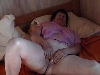 Jane spielt auf dem Bett