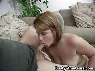 busty lisa titfuck und saugen weißen Schwanz