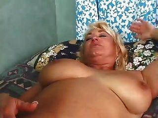 Dana verbreitet ihre Pussy für Dino zu ficken