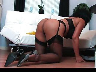 busty brunette masturbieren während der Reinigung