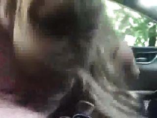 aufgeregt blonde bläst in einem auto