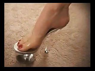 reife Schlampe in High Heel Schuhe gibt einen schönen Fußjob