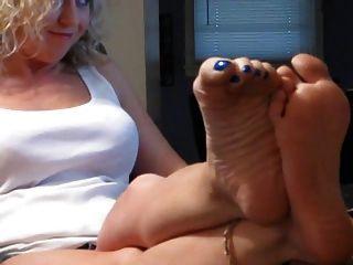 sexy Blondine zeigt ihre Füße