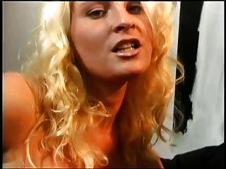 Blondine mit langen Nägeln bläst