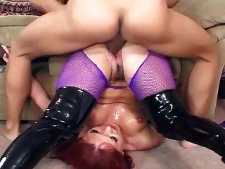 Sex in schwarzen Stiefeln und lila Fishnet Strumpfhosen