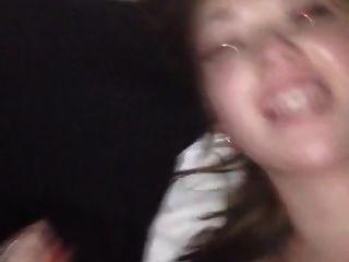 hämmerte ihre Muschi und sie will das Sperma auf ihrem Gesicht