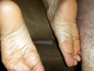 riesige cumshot auf ihre Füße nach einem guten Schlagen
