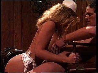 sexy dame victoria paris fickt einen nerd in einer krankenschwester uniform
