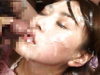 dickes cum lädt auf ihrem Gesicht und in ihren Augen !!