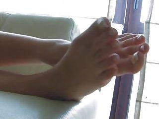erstaunliche Blondine mit wunderschönen Füßen