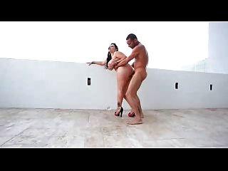 latina mit riesigen boobs und einem großen arsch