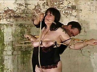 plumper slave gefoltert mit nesseln