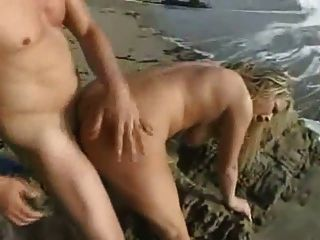blonde Schlampe Brooke Scott hart am Strand gefickt