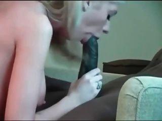 riesiger schwarzer Hahn und weißes Mädchen