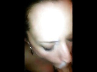 Junge Sperma Hure will das heiße Sperma auf ihrem Gesicht