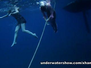 nastya und masha schwimmen nackt im meer