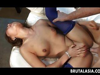 Skinny asian Mädchen nimmt einen dicken Schwanz in ihren Arsch
