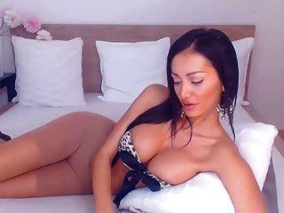 sexy brunette in Strumpfhose reibt auf cam