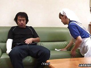 Die asiatische Haushälterin hilft ihm bei seinem Problem
