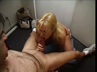 schöne blonde reife Show ihre mündlichen Fähigkeiten