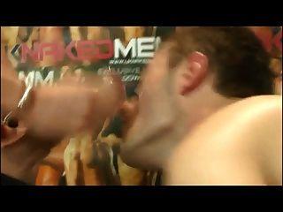 twink genießt einen riesigen Schwanz in den Mund und harten Schwanz anal