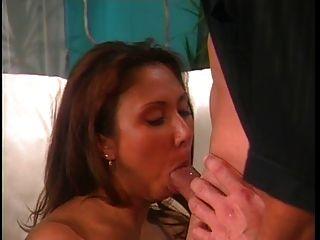 Hottie in Hitze bekommt ihre enge Pussy gestreckt