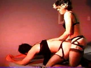 Frau benutzt Gurt auf harte Schraube männlichen Partner
